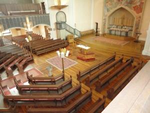 In der Sofiakirche in Stockholm versammelt sich die Gemeinde um den Altar