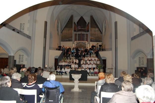 Posaunenchor und Kinderchor auf der neuen Stufenanlage der Friedenskirche bereiteten dem neuen Pfarrer ein herzliches Willkommen.