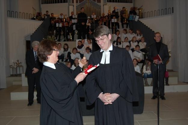 Dekanin Dr. Schwöbel-Hug freute sich über den fröhlichen neuen Pfarrer in Heidelberg.